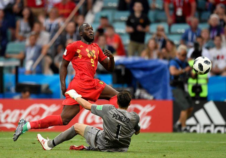 Romelu Lukaku verschalkt Jaime Penedo en maakt zijn tweede goal van de avond. Beeld Photo News