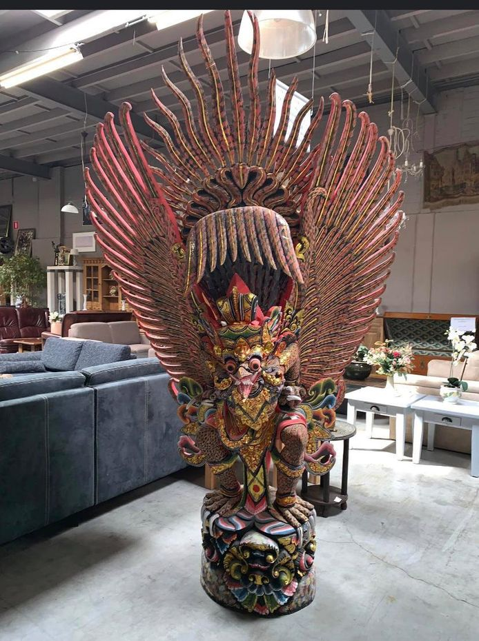 Deze imposante Garoeda (mythisch wezen in het hindoeïsme) is zelfs voor 10.000 euro niet te koop, zegt Patrick Koopman, de  eigenaar van Kringloop De Cirkel in Deventer.