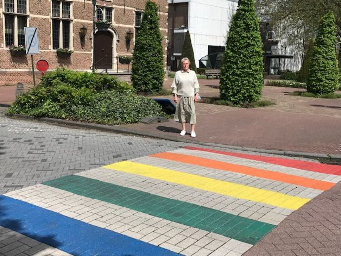 Schepen Hilde Heyman (N-VA) neemt het regenboogzebrapad in gebruik.