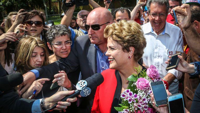 De afgezette presidente Dilma Rousseff van de linkse arbeiderspartij PT arriveert in Porto Alegre om haar stem uit te brengen. Beeld AFP