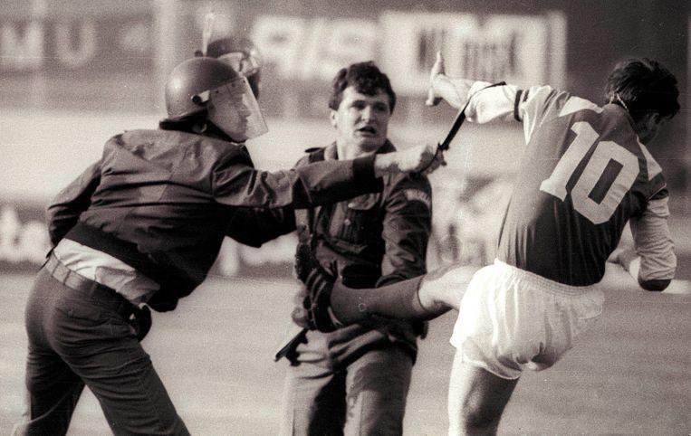 Dinamo Zagreb-speler Zvonimir Boban gaat twee agenten te lijf op het voetbalveld. Het typeert de spanningen in de Balkan, begin jaren 90. Beeld AP