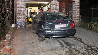 Bestuurder ramt geparkeerde wagen in garage