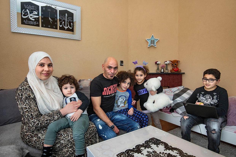 De familie El Andel, zes personen, woont al jaren in een huurwoning van 47 vierkante meter op vierhoog in de Amsterdamse Lodewijk van Deysselbuurt. Beeld Guus Dubbelman / de Volkskrant