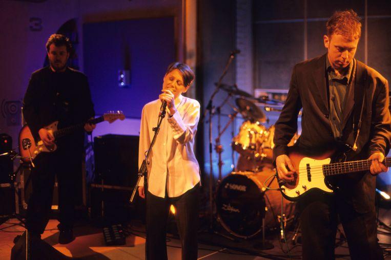 Robin Guthrie, Elizabeth Fraser en Simon Raymonde tijdens een optreden in Londen. De Cocteau Twins hielden ermee op in 1998. Beeld Redferns