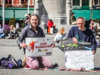 """Badmintonkampioen Erik (52) voert actie op Markt van Brugge: """"Laat me mijn sport beoefenen, het gemis bezorgt me een hoge bloeddruk"""""""