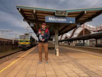 Het Anker-medewerker zet eerste locomotief 'De Olifant' op collectorfles Gouden Carolus