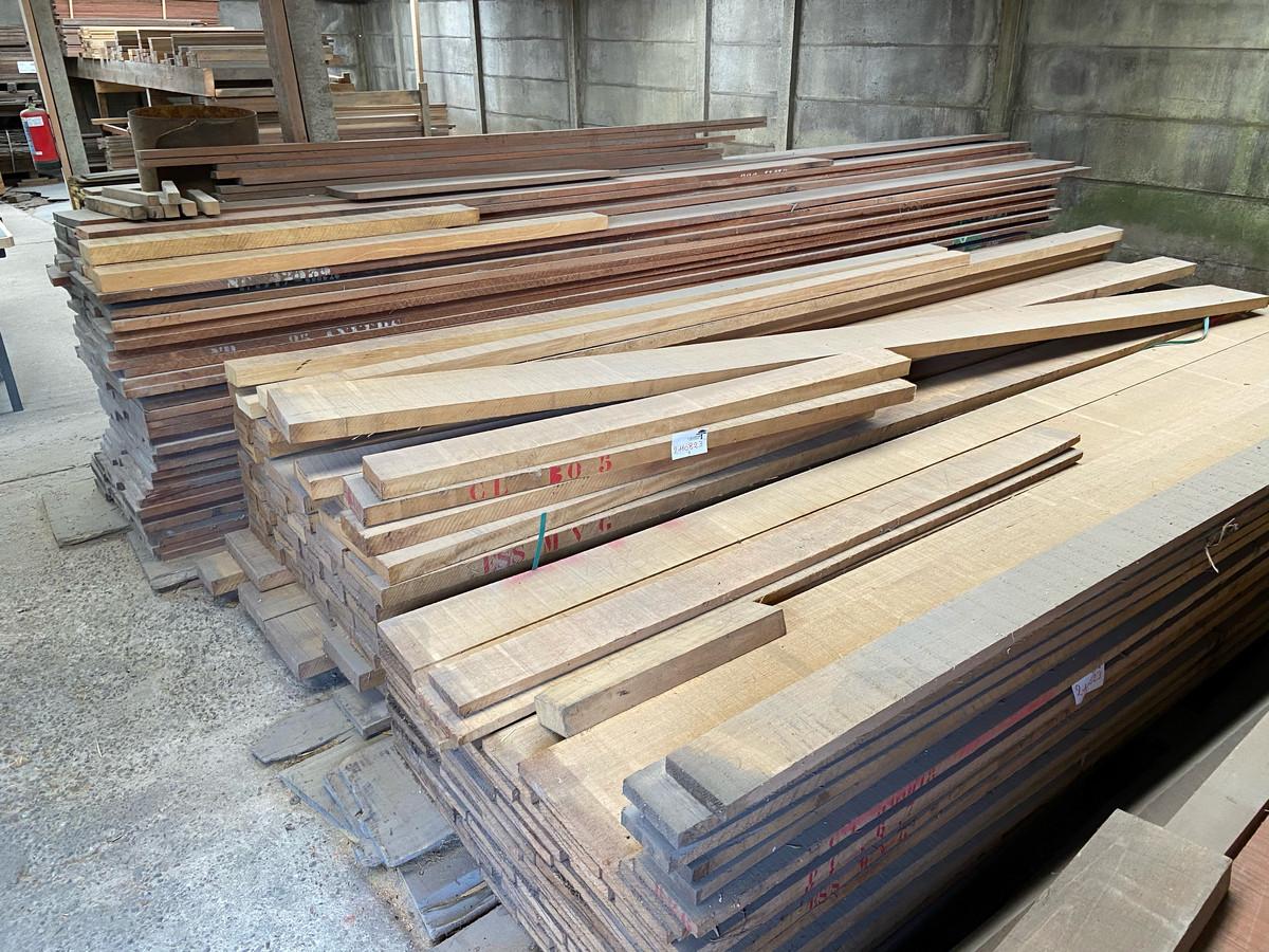 Het hout komt in boomstammen binnen en gaat als biljarttafel naar buiten