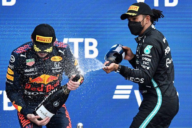 Lewis Hamilton (rechts) en Max Verstappen na afloop van de Grand Prix van Rusland. Beeld AFP