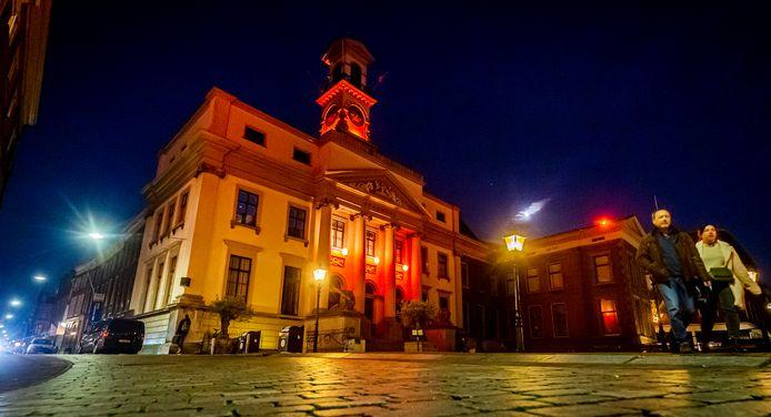 Het gemeentehuis is oranjegekleurd