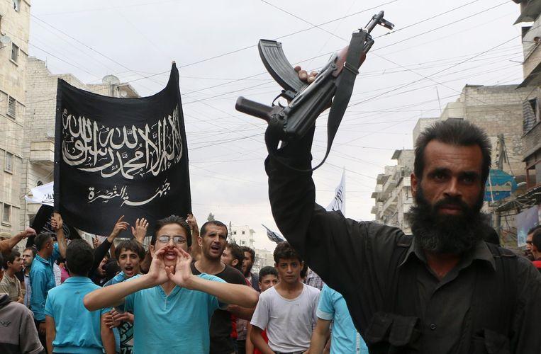 Steuners van Al-Nusra protesteren. De Verenigde Staten viel op 24 september de relatief onbekende terreurgroep Khorasan aan, maar critici stellen dat eigenlijk Al-Nusra getroffen werd. Beeld afp