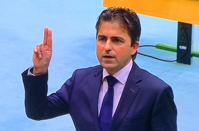 Gerard van den Anker uit Hedel legt in de Tweede Kamer de gelofte af.