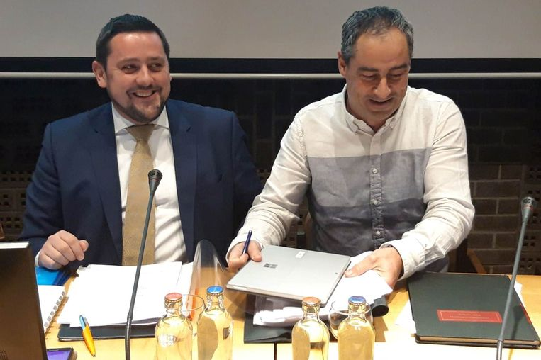 CD&V'-er Wim Lammens (links), geflankeerd door algemeen directeur Bruno Van Maldeghem, is voortaan gemeenteraadsvoorzitter in Erpe-Mere.