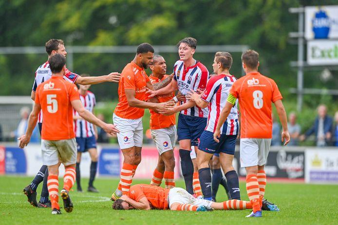 Basil Camara (tweede TEC'er van links) bedaart de gemoederen tegen Excelsior Maassluis.