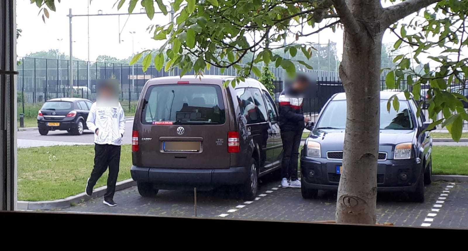 Hun onrust heeft vooral te maken met wat ze allemaal zien gebeuren. Guilich laat op zijn telefoon een foto zien van jongemannen die bij auto's voelen of ze op slot staan.