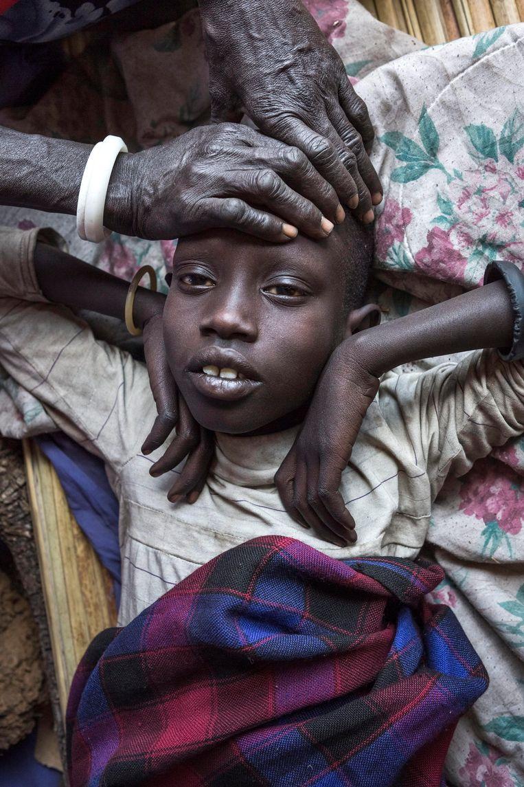 Dit Oegandees meisje lijdt aan malaria. 'De ranking is de nagel aan de doodskist van het altruïsme', betoogt Agirdag. Beeld Hollandse Hoogte