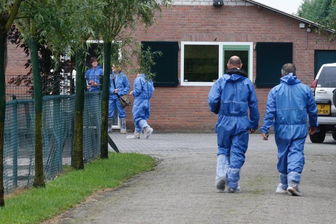 Opnieuw inval bij omstreden puppyhandelaren in Hapert.