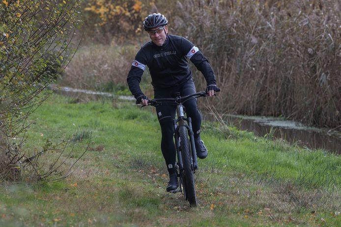 Arno ten Damme op de mountainbike.