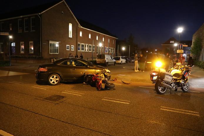 Botsing met auto en motor op de Wilhelminastraat in Waalwijk.
