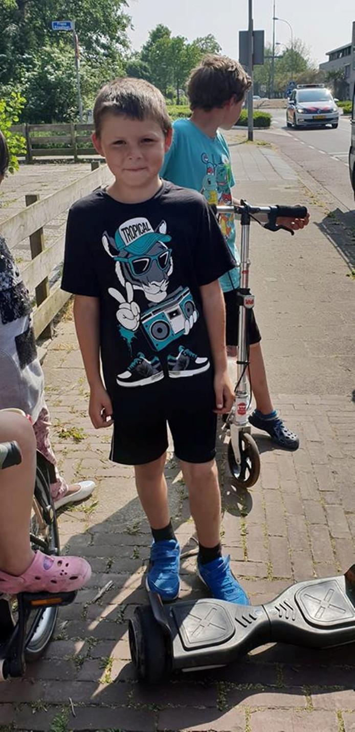 Een blije Tjitte op zijn hoverboard, nadat hij hem had teruggekregen.