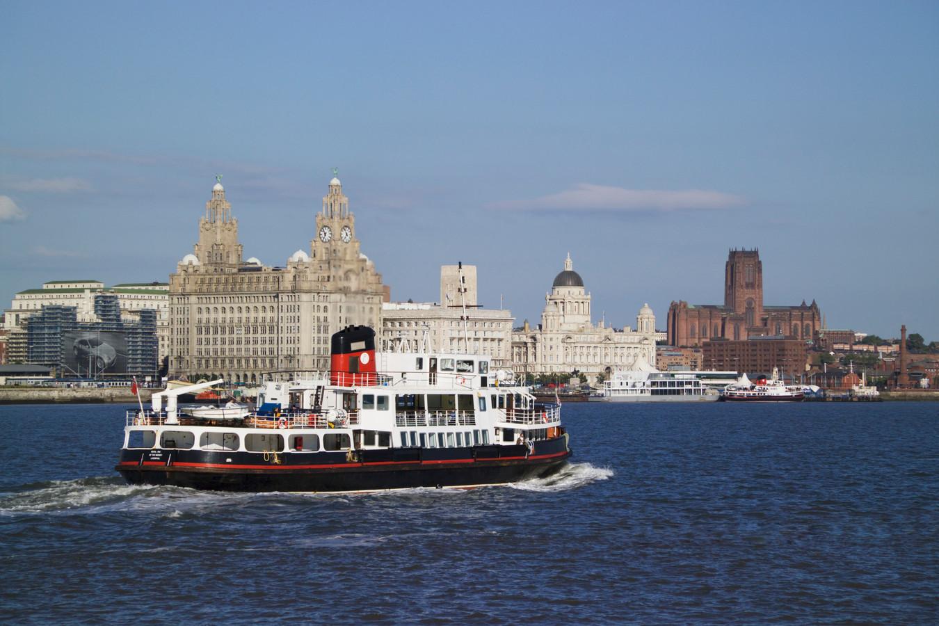 Een ferry komt aan in Liverpool.