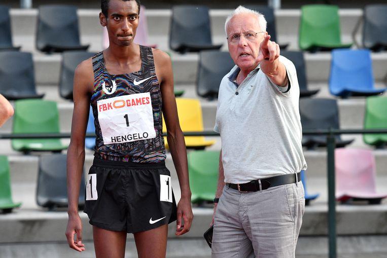 Jos Hermens met de Ethiopische hardloper Yomif Kejelcha. Beeld Hollandse Hoogte