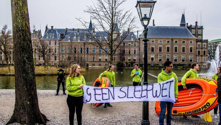 Protest tegen de Wiv bij de Hofvijver in Den Haag Beeld anp