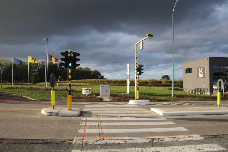 De oversteeklichten voor voetgangers aan Steenberg zijn eindelijk operationeel. Verkeerslicht verkeerslichten voetgangers oversteekplaats zebrapad