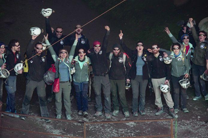 Met zonnebrillen op tegen het felle licht komen de vijftien deelnemers aan het 'Deep Time'-experiment hun grot uit.