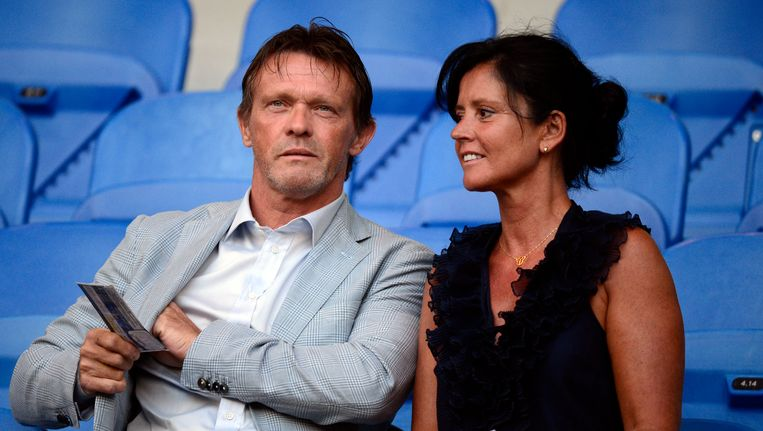 Vercauteren vorige zomer met zijn vrouw in de tribune van RC Genk. Beeld BELGA