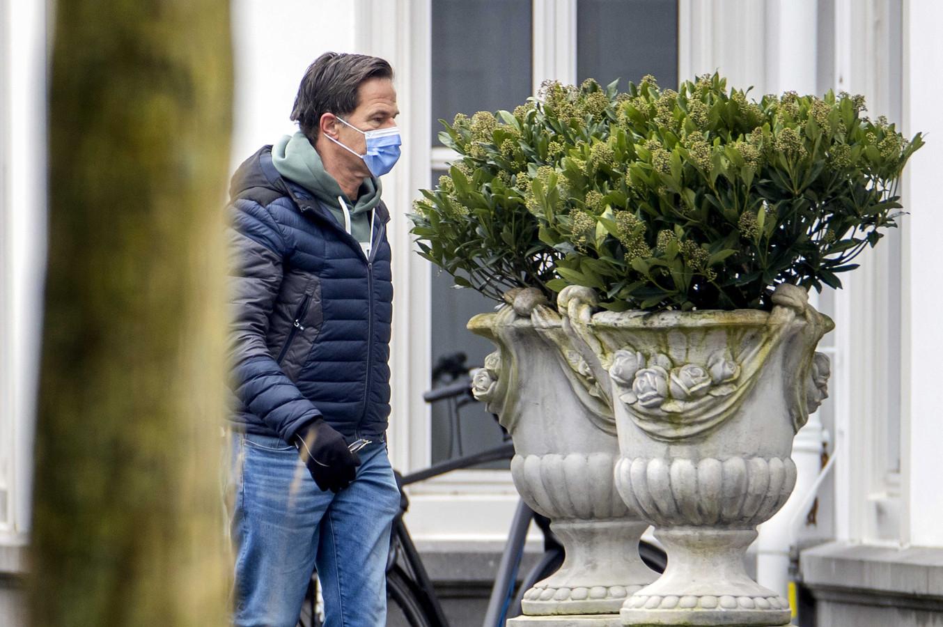 Premier Rutte bij aankomst bij het Catshuis zondagmorgen.