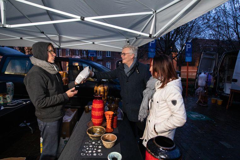 Schepen Marc Hoogmartens brengt ontbijt aan de standhouders van de antiekmarkt in Tongeren.