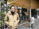 Organisator Fee Henkelman voor de deur bij Pompen & Verlouw.