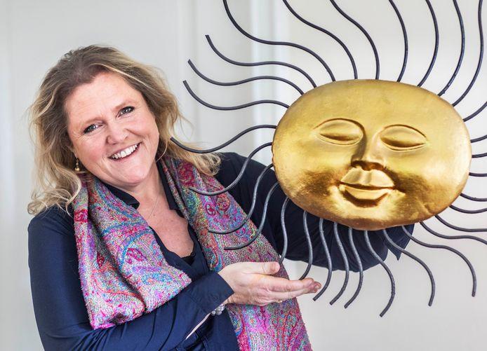 Bonnie Bessem (1968) is psychologe, auteur, medium en levenscounselor.