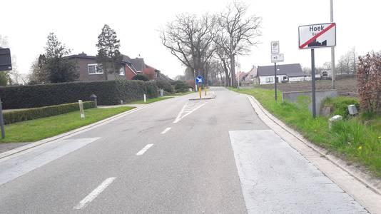 Bij het uitrijden van Essen-Hoek houden de fietssuggestiestroken aan weerszijden op en dienen tweewielers een flink stuk te overbruggen op een weg waar auto's 70 of soms harder rijden.