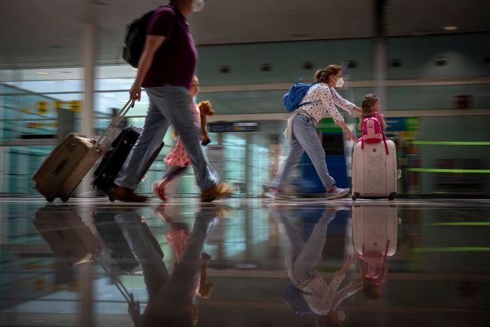 Door de luchthaven spurten met uw bagage? Steeds minder Belgen kiezen ervoor. Liever nemen ze de auto. Het is maar een van de conclusies van de vakantiebarometer van Touring.