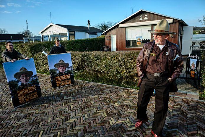 Acteur John Buijsman, alias 010 Sherriff, is het gezicht van het verzet tegen de verkoop van het Recreatieoord in Hoek van Holland. Hij heeft zelf sinds vorig jaar een huisje op het terrein.
