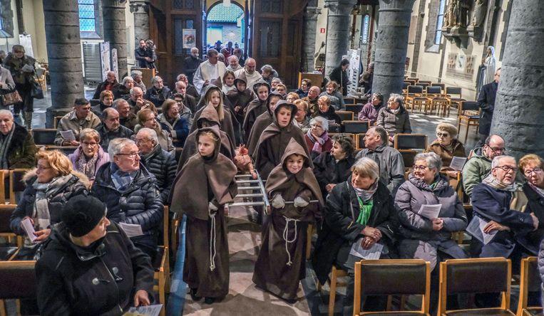 In Rollegem werd zondag de patroonheilige Sint-Antonius Abt gevierd, jongeren droegen daarbij een varken de kerk binnen.