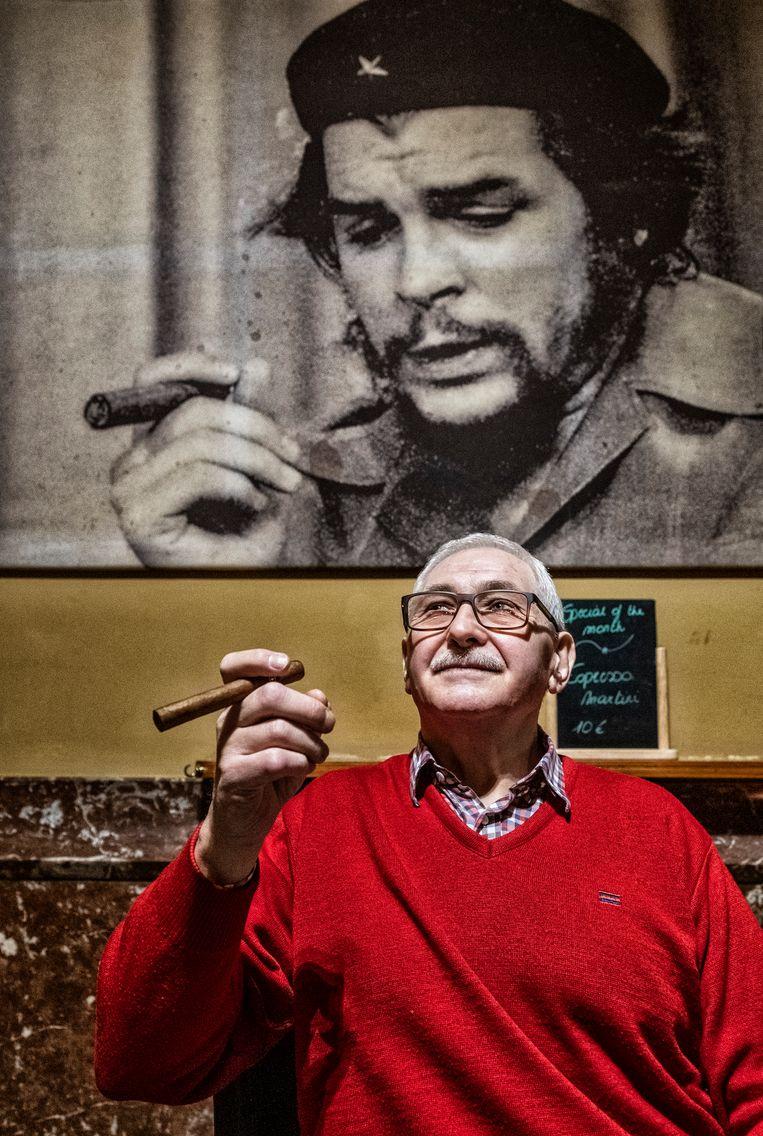 Johan in La Bodeguita del Medio in Kortrijk: 'De tolerantie tegenover het roken van sigaren is gelukkig groter dan tegenover sigaretten.' Beeld Tim Dirven
