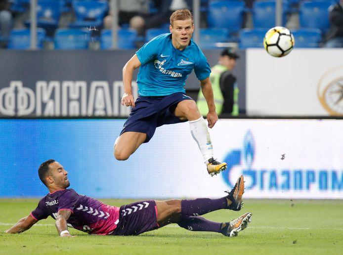 Aleksander Kokorin ontwijkt een tackle van Sean Klaiber tijdens het duel tussen Zenit St.Petersburg en FC Utrecht in 2017.