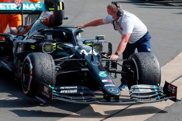 Na de Grand Prix op Silverstone van afgelopen weekend waren de banden van Mercedes-coureur Lewis Hamilton flink beschadigd.  Beeld AFP