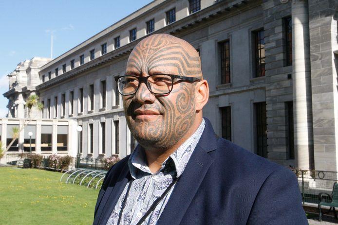 Leider van de Maori-partij, Rawiri Waititi, buiten het Nieuw-Zeelandse parlement in Wellington.