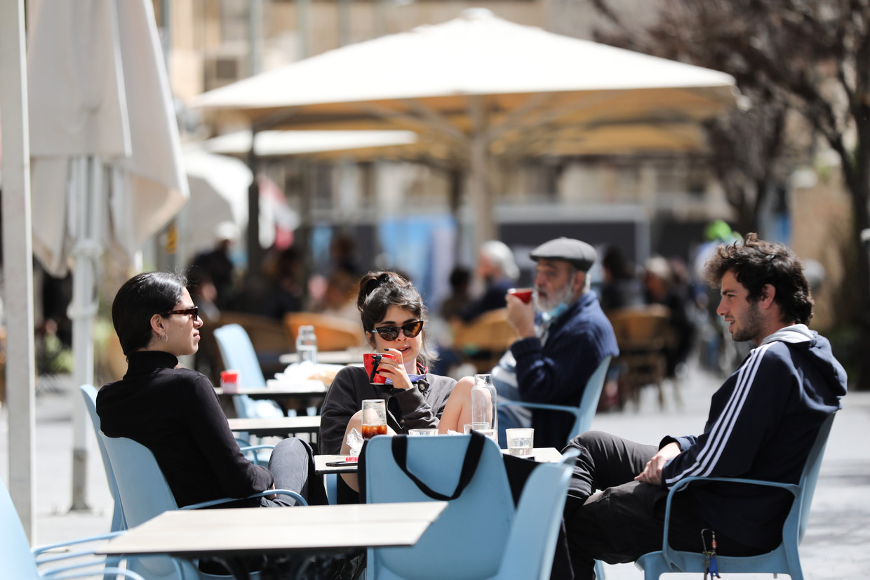 De horeca in Israël is weer open, dus een terrasje pakken in Jeruzalem kan gewoon. Beeld EPA