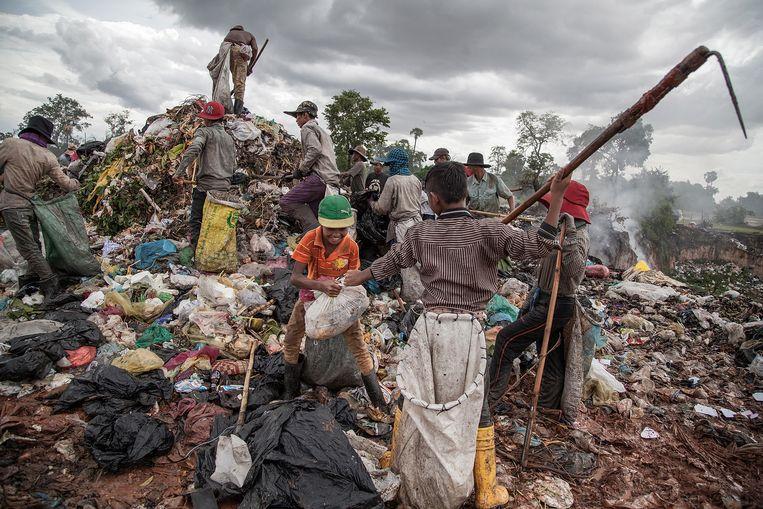 Cambodjanen sorteren afval op een stort in Siem Reap, een paar kilometer van Angkor Wat. Beeld Getty Images