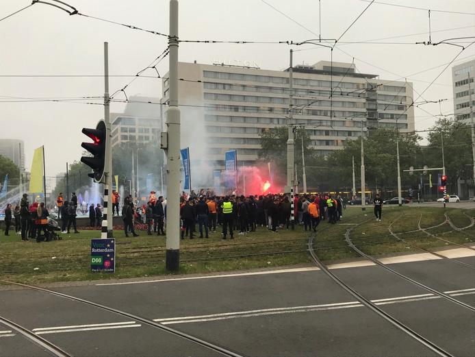Voetbalfans vieren bij het Hofplein in Rotterdam het landskampioenschap van Galatasaray.