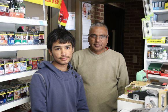 Gurvier Bains, hier met zijn vader, stond de avond van de overval in de winkel