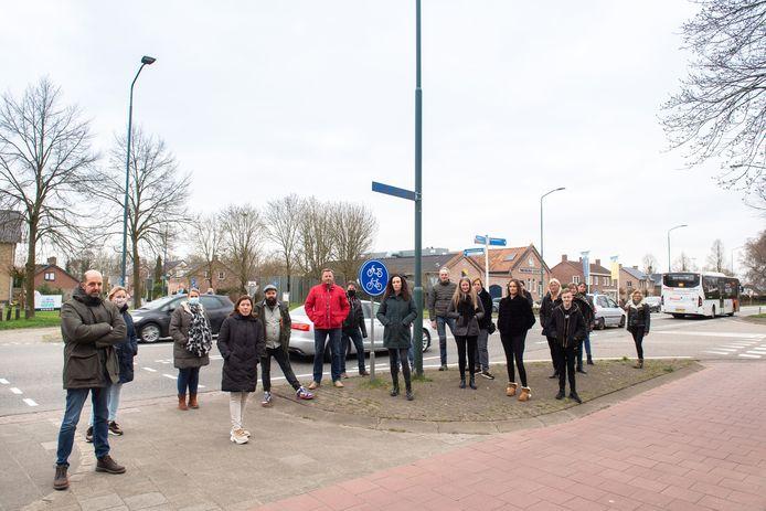 Omwonenden hebben zich verzameld op de kruising N640 (Bosschendijk) met Oude Antwerpsepostbaan/Gors. Het wordt daar steeds gevaarlijker, gepleit is voor een rotonde maar die komt er niet.