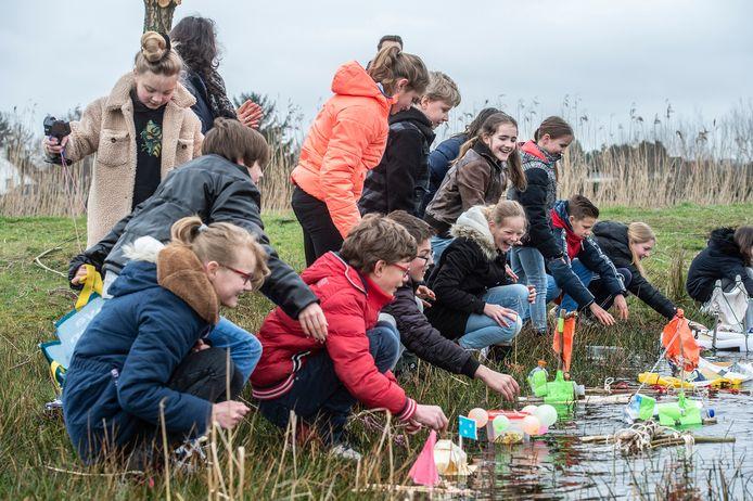 Leerlingen van basisschool kbs Effen krijgen dagelijks buitenles. Hier laten ze in de les gemaakte bootjes te water in een plas.