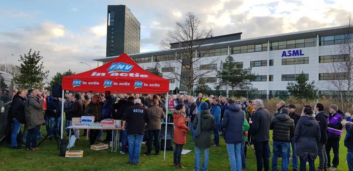 Werknemers verzamelden zich deze maand twee keer bij een kraam van de FNV op een grasveld voor de gebouwen van ASML in Veldhoven.
