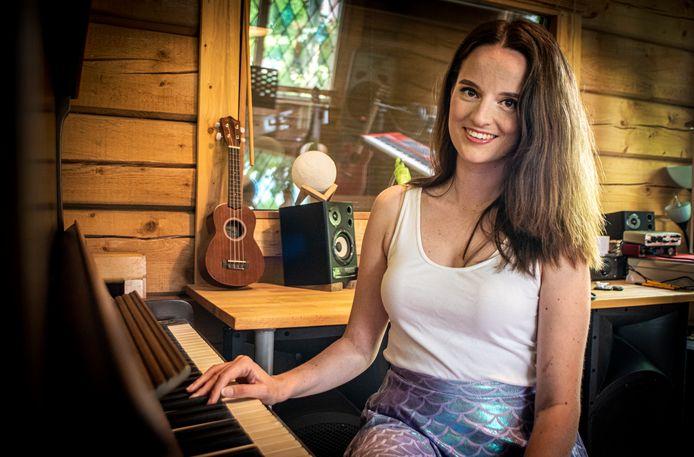 Sanne de Jong heeft het liedje Goud van Suzan en Freek in het Engels vertaald.