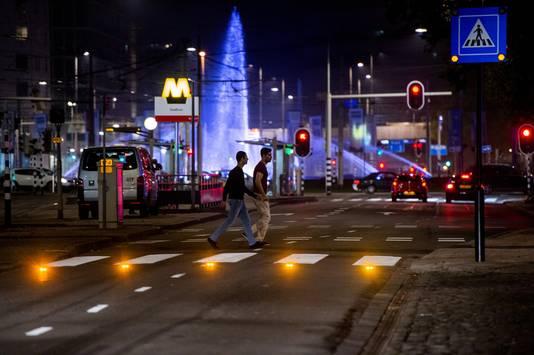 Voetgangers steken over op de Coolsingel in Rotterdam